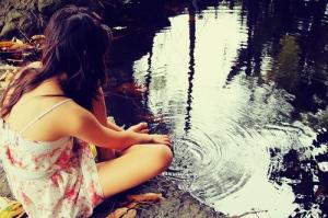 autumn-fall-girl-leaves-reflection-skinny-favim-com-54105_large