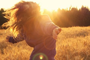 girl,sun,pretty,running,freedom,sunlight-fb8641fa231ee1cbdd389e2f773a1b3b_h