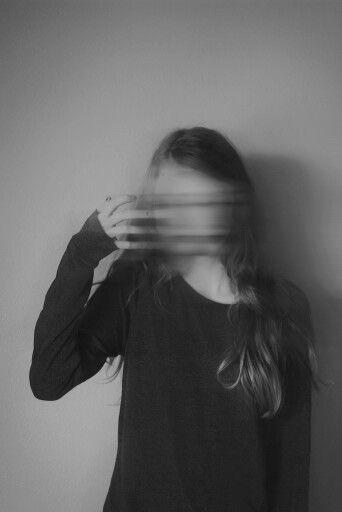 alternative-black-and-white-blurry-girl-Favim.com-4055695